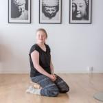 Meditations skammel med faste ben og ergonomisk buede