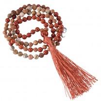 Mala halskæde med forstenet træ og rød jaspis